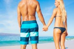 夫妇晴朗的海滩假期 库存图片