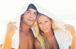 夫妇晴朗的海滩假期 图库摄影