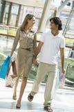 夫妇购物中心购物 免版税库存照片