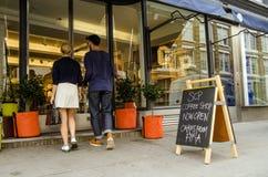 夫妇购物在时髦商店, Hoxton 免版税库存照片