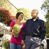 夫妇购物微笑 免版税图库摄影