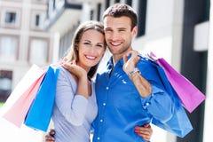年轻夫妇购物 免版税库存图片