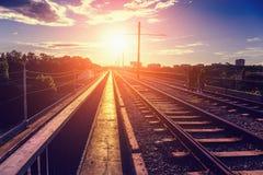 夫妇去由在一座桥梁的铁路在日落的光芒 北部桥梁在沃罗涅日 免版税库存照片