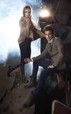 年轻夫妇画象在引擎旁边的 免版税图库摄影