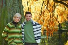 年轻夫妇在秋天公园 免版税库存照片