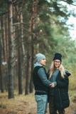 年轻夫妇画象在走在美丽的森林里的爱的享受拥抱和微笑 感觉,统一性 库存图片