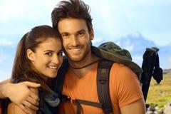 年轻夫妇画象在远足者衣裳的 免版税库存图片