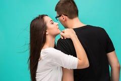 夫妇画象,接近彼此 在爱,关系,约会,恋人,浪漫概念的白种人模型 库存照片