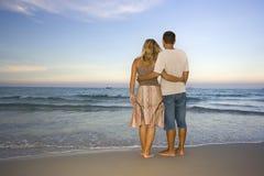 夫妇临近海洋年轻人 免版税库存照片