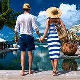 夫妇临近游泳池边 免版税图库摄影