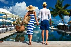 夫妇临近游泳池边 免版税库存图片