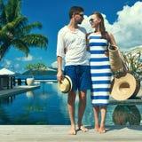 夫妇临近游泳池边 免版税库存照片