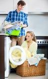 夫妇临近洗衣机 库存照片