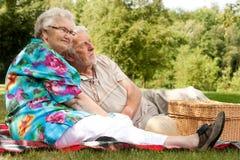 夫妇年长享用的春天 库存图片