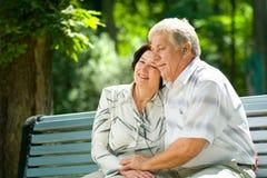 夫妇年长愉快户外 免版税图库摄影