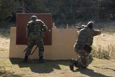 夫妇Airsoft战士射击 免版税图库摄影