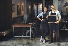 夫妇Barista咖啡店服务餐馆概念 免版税库存图片