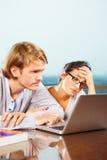 夫妇depresssed前膝上型计算机 免版税库存照片