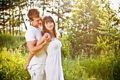 夫妇embrancing的年轻人 免版税库存照片