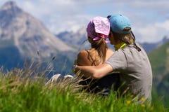 夫妇enjoing的山景 免版税库存图片