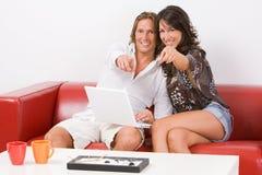 夫妇finge点坐的沙发您 免版税库存照片