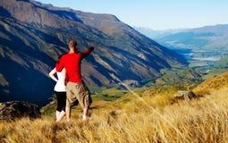 夫妇Mountain湖志向启发农村概念 免版税库存图片