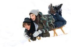 夫妇sledding的年轻人 库存照片