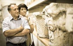 夫妇turists在历史博物馆审查展览 库存图片