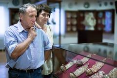夫妇turists在历史博物馆审查展览 免版税库存图片