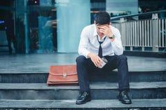 失业的疲乏或被注重的商人坐走道 库存照片