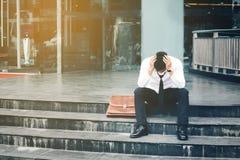 失业的疲乏或被注重的商人坐走道 库存图片