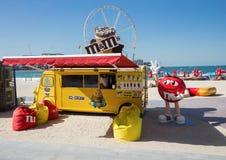 失去作用与在新的公开海滩的冰淇凌- Jumeirah海滩关于 免版税库存图片