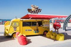 失去作用与在新的公开海滩的冰淇凌- Jumeirah海滩关于 库存图片