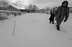 失去的夫妇走的废墟 图库摄影