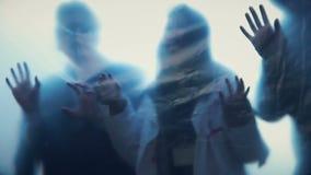 失去的灵魂逃脱从地狱的,鬼魂剪影在被困扰的房子里 影视素材
