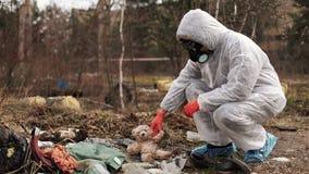 失去的玩具、废物和橡胶在地面上在森林里 股票录像