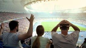 失望足球迷不满意与裁判员决定,情感比赛 免版税图库摄影