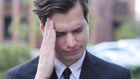 失望,紧张,由商人的重音姿态与头疼 免版税库存照片