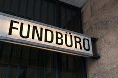 失物招领处标志-德语:Fundbuero 免版税库存图片