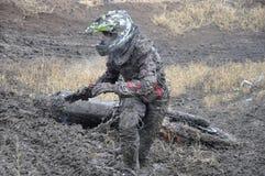 失败摩托车越野赛车手未认出俄国的&# 库存照片