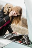 失败的汽车,妇女叫对某人 免版税库存照片