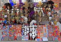失去作用与纪念品和狂欢节面具室外在威尼斯,意大利 免版税库存照片
