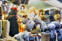 失去作用与裘皮帽在维尔纽斯圣诞节市场上 免版税库存照片