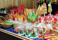 失去作用用五颜六色的糖果在圣诞节市场上在维尔纽斯 库存照片