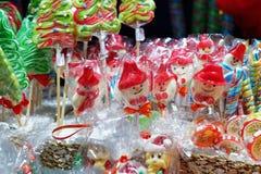 失去作用用五颜六色的糖果在维尔纽斯圣诞节市场上 免版税图库摄影