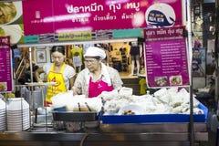 失去作用用街道食物在华欣夜市场,泰国上 库存图片