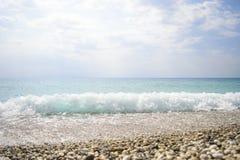 失败在岩石的通知 蓝色波浪、沙子海滩和蓝天 Gr 免版税图库摄影