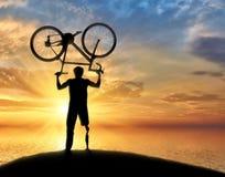 失去能力与假肢在海附近保留自行车 免版税库存图片