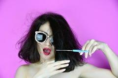 头发损坏了,剪她的干燥杂乱头发的妇女 免版税图库摄影