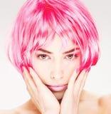 头发桃红色俏丽的妇女 库存照片